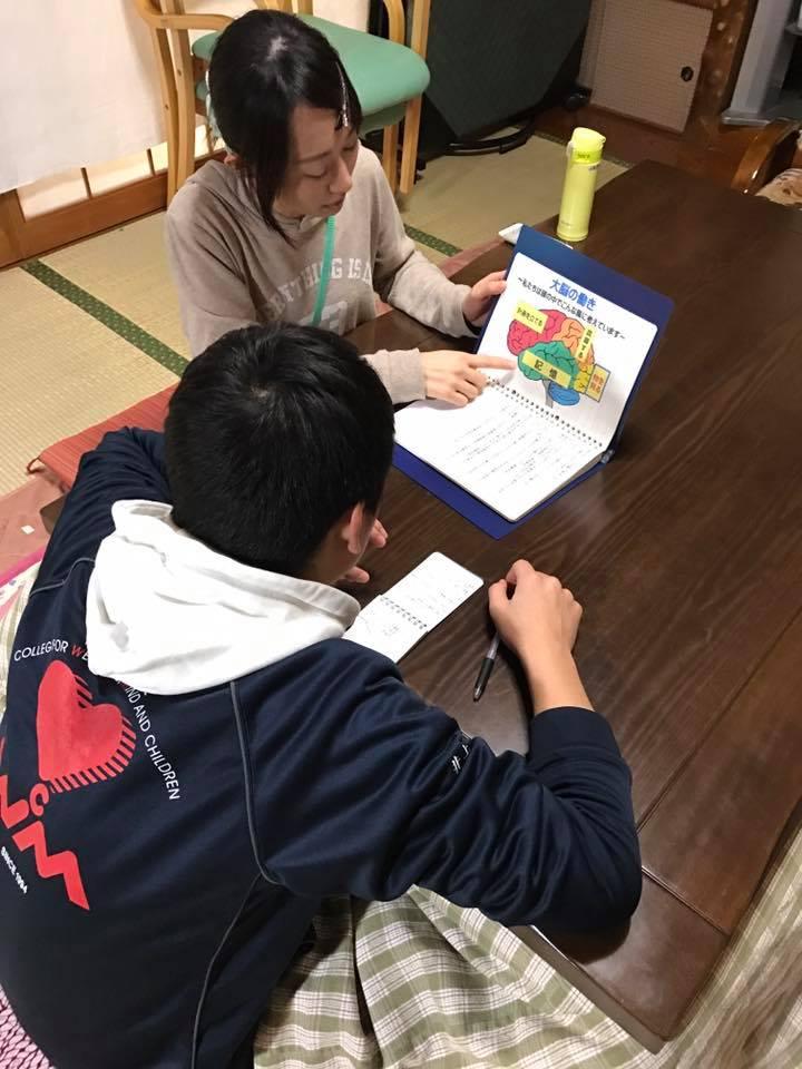話本舗デイサービス青山百生(新潟)の相談員さんが介護実習の学生さんに紙芝居ツールを使って認知症のお話を♬