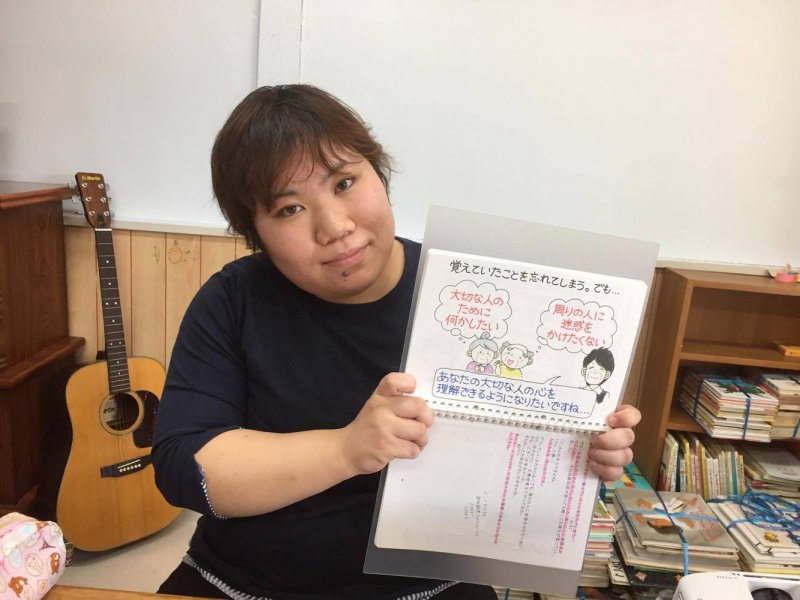 島田恵美さん(長野)が駐車場の車の中で紙芝居ツールを使って認知症のお話を♬