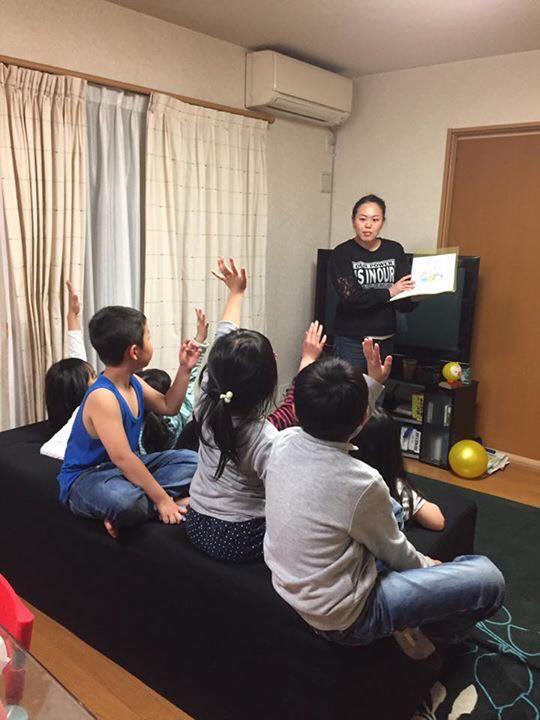 柿沼麻実さん(茨城)が自宅で子どもたち8人と大人3人に、子ども向け紙芝居ツールを使って認知症のお話を♬