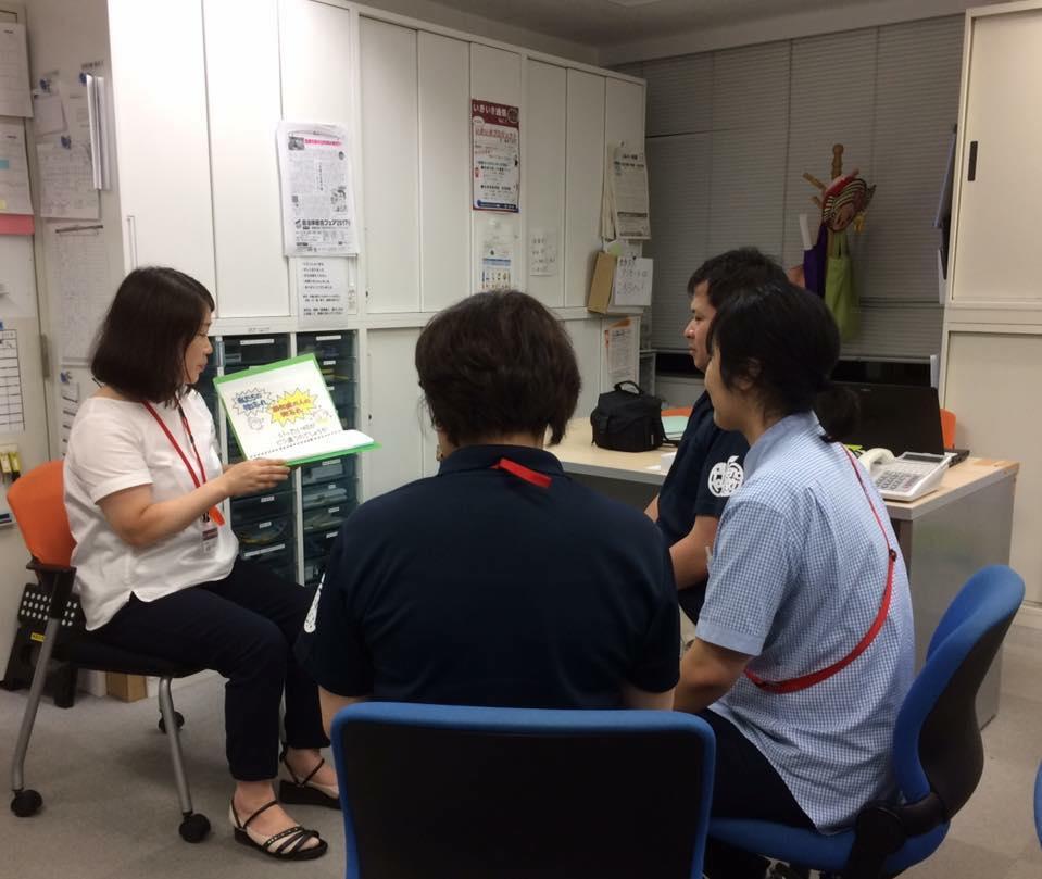 和賀育子さん(茨城)が職員さんに紙芝居を使って認知症のお話を♬