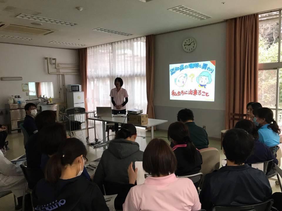 軽部佐知子さん(茨城)が、施設内で紙芝居+自作スライドを使って認知症研修を♬