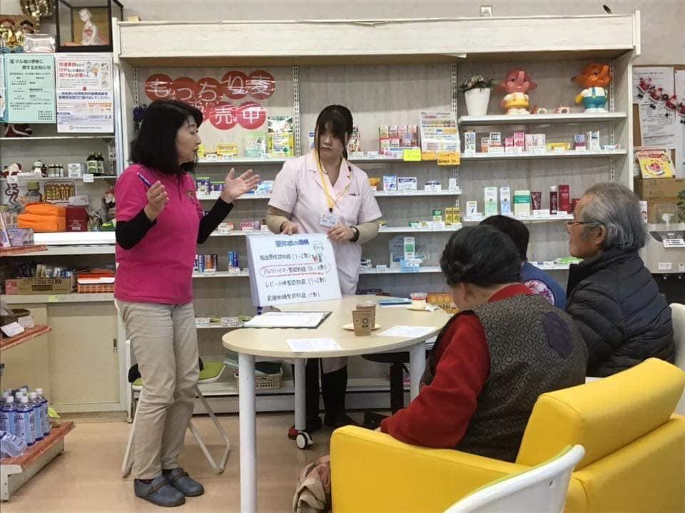 小林真理さん(茨城)が、薬局のカフェで紙芝居を使って認知症のお話を♬