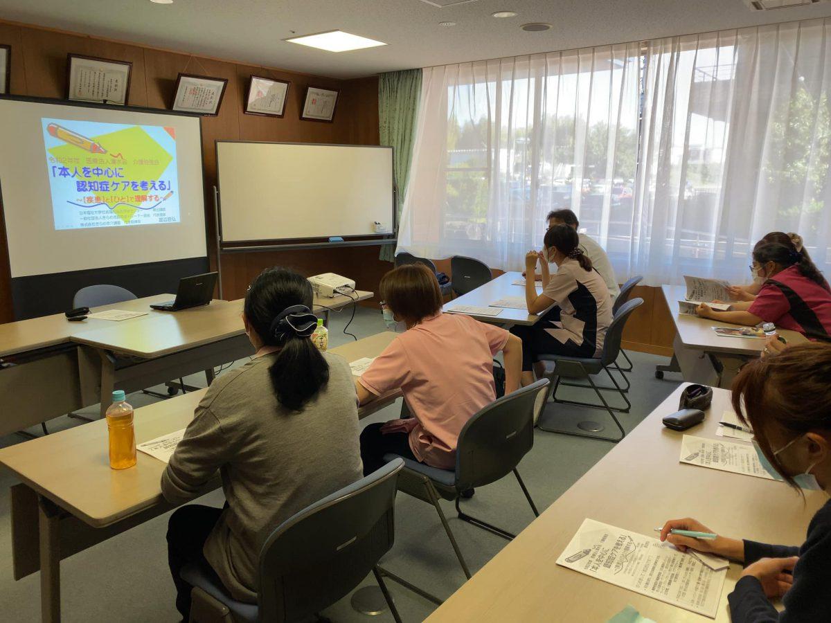 【日本福祉大学社会福祉総合研修センター】様よりご依頼いただき、名古屋市緑区にある《医療法人清水会・まこと老人保健施設》で認知症研修をしました。
